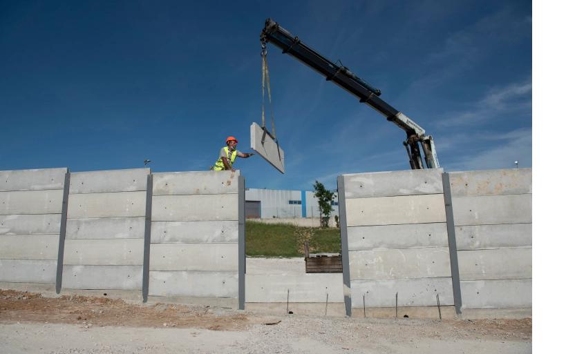 Griechenland baut drei Meter hohe Betonmauern um Asylcamps – finanziert von der EU