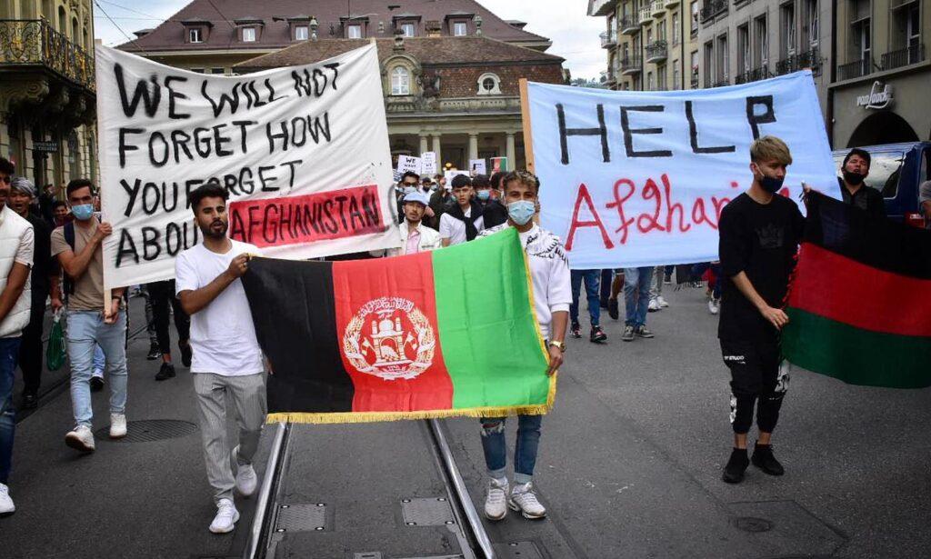 Letzten Montag demonstrierten hunderte Menschen in Bern gegen die Gewaltoffensive der Taliban in Afghanistan.