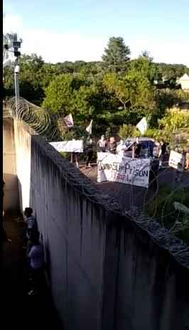 Protestaktion trotz Betonmauer, Stacheldraht und Überwachungskamera