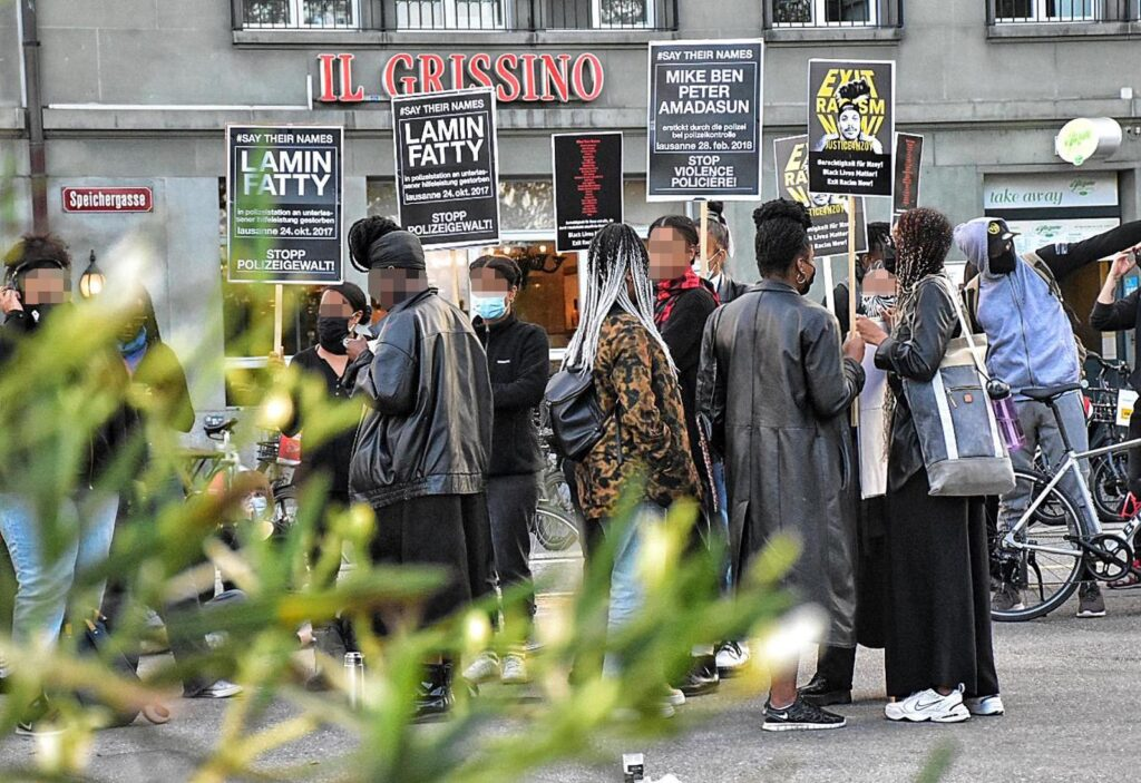 Plakate mit den Namen der in der Schweiz durch die Polizei ermordeten BIPoc-Personen an der Kundgebung gegen Polizeigewalt in Bern.