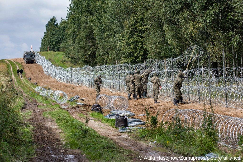 Polnische Soldaten bauen an der Grenze zu Belarus einen Stacheldrachtzaun auf.