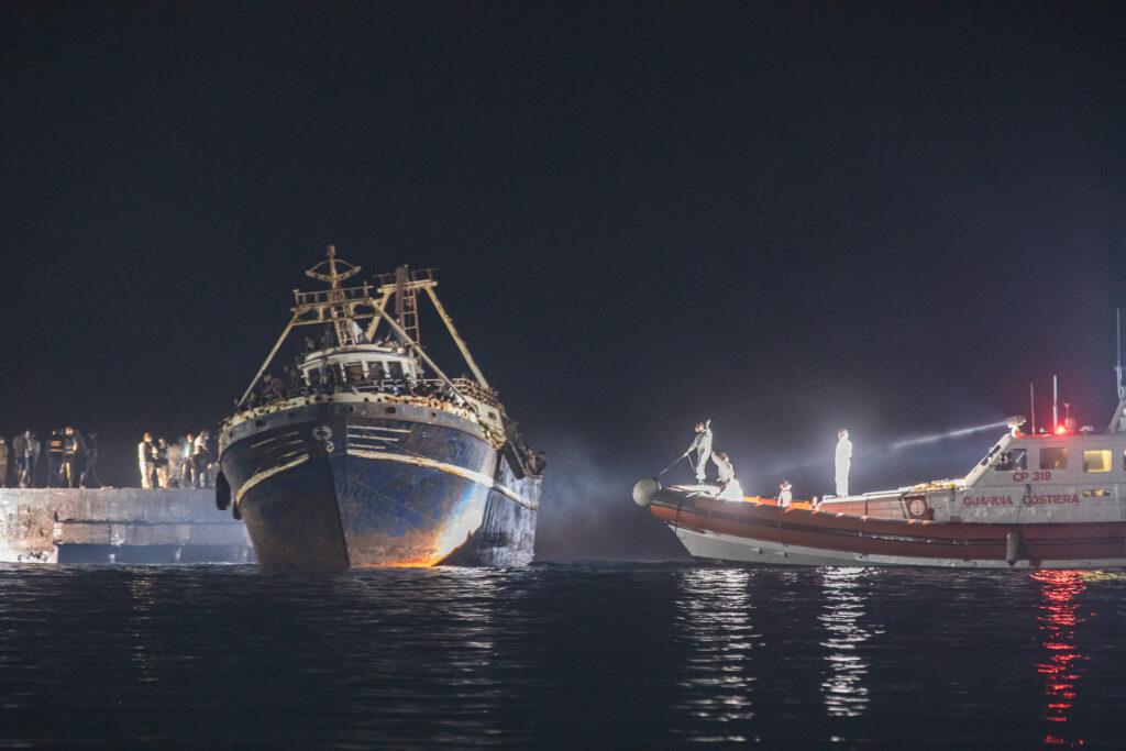 Am Montagabend erreichte ein Boot mit 686 Menschen an Bord Lampedusa. Vor fast genau 8 Jahren, am 3. Oktober 2013, befand sich ein ähnliches Boot auf dem Weg nach Lampedusa, sank jedoch kurz vor der Küste. Mindestens 366 Menschen ertranken.