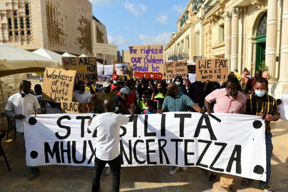 Bildunterschrift: Migrantische Arbeiter*innen demonstrieren in Valetta, Malta für ihre Rechte
