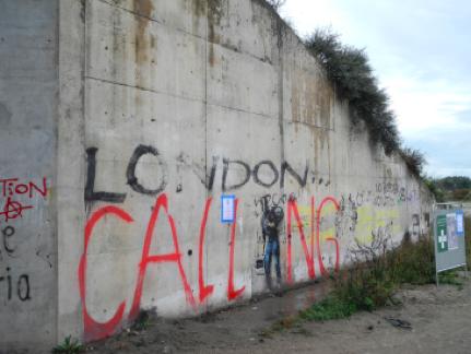 Graffiti mit eindeutiger Botschaft an einer Betonwand.