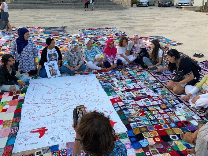 Familien und Freund*innen erinnern an ihre Angehörigen, die im Mittelmeer ertranken oder verschwanden. Anlässlich des Jahrestags des Schiffbruchs vor Lampedusa am 3. Oktober 2013 wurde mit einer Decke der Erinnerung an die Toten & Vermissten gedacht.
