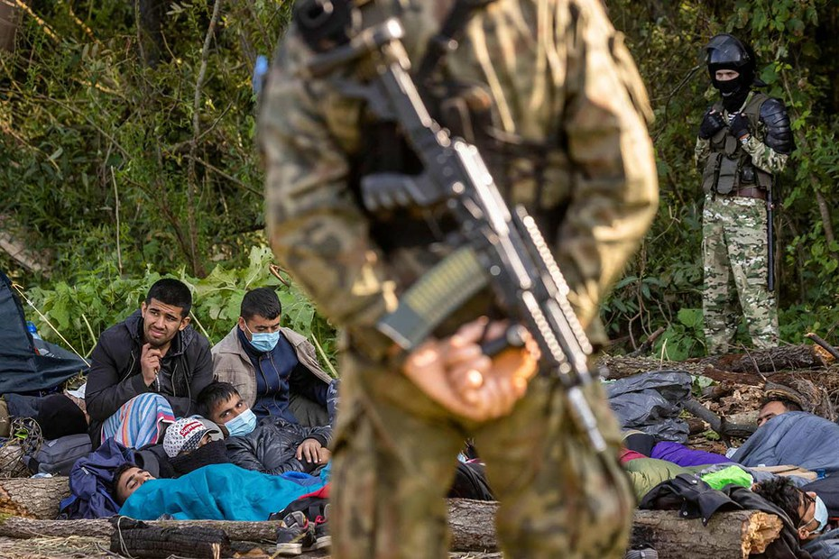Bewaffnete polnische Soldaten halten an der Grenze zu Belarus Geflüchtete von der Einreise ab.